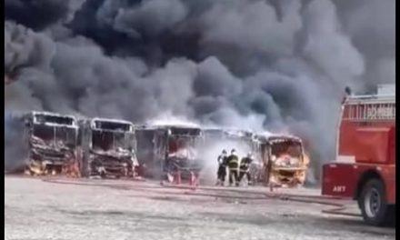 Ônibus ficam destruídos após incêndio na garagem da Viametro em Ilhéus