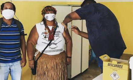 Lideranças indígenas atendidas pelo Cesol recebem primeira dose da Coronavac