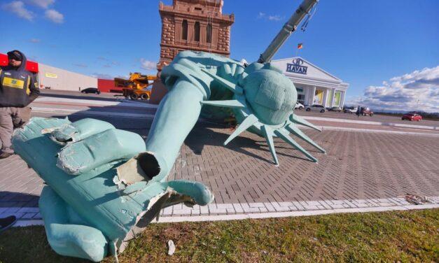 """Estátua da Liberdade da Havan cai """"atravessada"""" por poste no RS após ventania"""