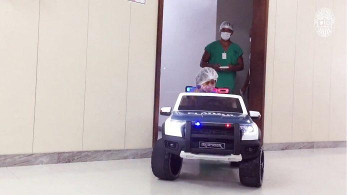 Hospital utiliza carro elétrico de brinquedo para transportar pacientes pediátricos ao centro cirúrgico