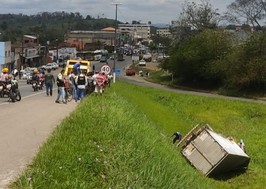Caminhão tomba em viaduto na BR-415 em Itabuna