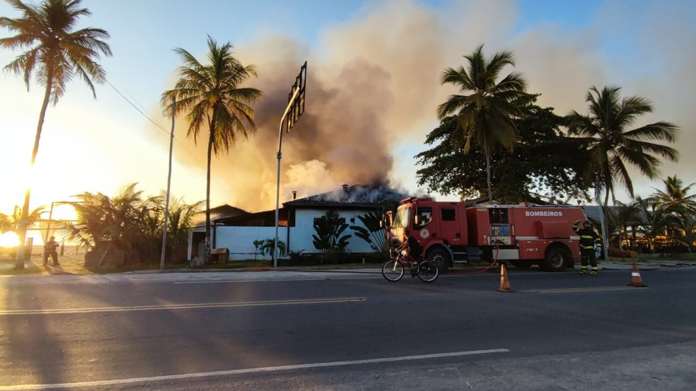 Incêndio atinge barraca de praia em Porto Seguro